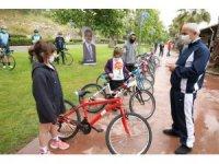 Dünya Bisiklet Günü'nde Başkan Büyükgöz çocuklara bisiklet hediye etti