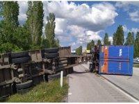 Kargo kamyonu devrildi: 2 yaralı