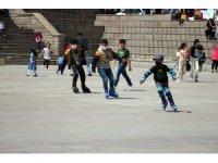 Yozgat'ta çocuklar ve gençler sokağa çıktı, gönüllerince eğlendi