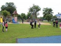 Polis ekipleri çocuklarla oyun oynadı