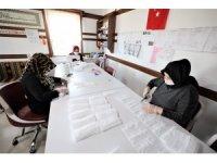 Başiskele'de maske üretimi devam ediyor