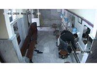 Beykoz'da pes dedirten hırsızlık: Caminin musluklarını saniyeler içinde çaldı