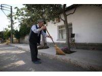 86 yaşında ama...Her gün mahallesini süpürüp çevreye örnek oluyor