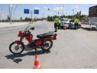 Karaman'da motosiklet ile kamyonet çarpıştı: 1 yaralı
