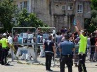 Antalya'da karantinanın uzatılmasına mahallelinin tepkisi büyük oldu: Polise taş attılar