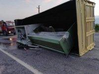 İş makinası yüklü kamyon devrildi