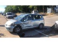 Kavşakta otomobiller birbirine girdi: 2 yaralı