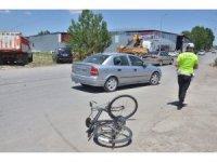 Bisikletin otomobile çarpma anı kamerada