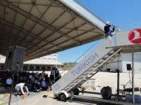 Uçak merdiveninden cuma hutbesi