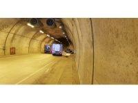 Sarıyer Tüneli'nde bir araç henüz bilinmeyen nedenle alev aldı. Tünel girişi trafiğe kapatılırken itfaiye ekipleri araca müdahale ediyor.