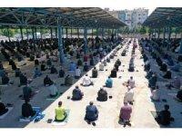 Kocaeli'de vatandaşlara Cuma namazında 20 bin maske dağıtıldı