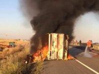 Mardin'de eşya yüklü kamyonet devrildi, facia ucuz atlatıldı