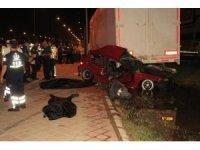 Kontrolden çıkan otomobil yol kenarına bırakılan dorseye çarptı: 2 ölü