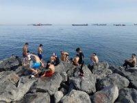 Denize giren çocuklar yasak dinlemedi