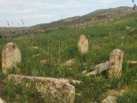 Asırlık mezarlara defineciler zarar verdi, köylüler sit alanı olmasını istedi