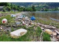 Baraj gölü çöplüğe döndü