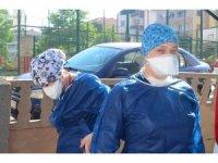 Sağlık çalışanları antikor testi için kapı kapı geziyorlar