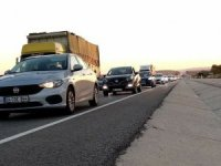 Tatile çıkanlar İstanbul'a dönüş yolunda kilometrelerce araç kuyruğu oluşturdu