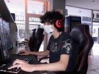 İnternet kafeler açıldı, gençler sosyal mesafelerini koruyarak oyun oynadı
