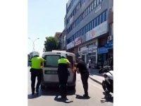 Aracı arıza yaparak cadde ortasında kalan sürücünün yardımına polis yetişti
