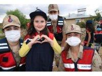 Bingöl'de depremzedeleri, Mehmetçik yalnız bırakmıyor