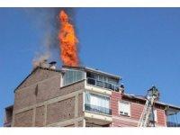 Karaman'da 5 katlı binanın çatı katında korkutan yangın