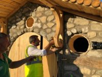 Sanatkâr başkan, Hobitlere göl manzaralı evler yaptı