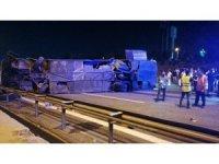TEM Otoyolu'nda yolcu otobüsü devrildi: 1 ölü, 17 yaralı