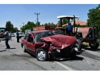 Aksaray'da iki otomobil kafa kafaya çarpıştı: 3 yaralı