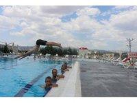 Sıcaktan bunalan gençler havuzlara koşuyor