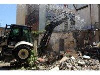 Akdeniz'de iki metruk binanın yıkımı gerçekleştirildi