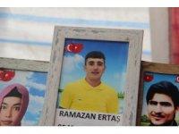HDP önündeki evlat nöbetinde bir aile daha çocuğuna kavuştu