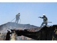 Alevler hurdalığı kül etti, dumanı itfaiye ekiplerini etkiledi