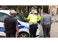 Korona virüse rağmen durdurulan taksiden 5 kişi çıktı