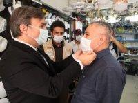 Vali Aydoğdu vatandaşlara tek tek maske taktı