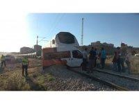Akaryakıt yüklü tren minibüse çarptı: İki kişi son anda kurtuldu