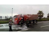 Seyir halinde lastiği yanmaya başlayan kamyona itfaiye ekipleri müdahale etti