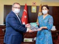 Doç. Dr. Çetin, Rektör Prof. Dr. Tabakoğlu'na kitap takdim etti
