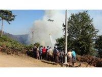 Köylüler yangın söndürme çalışmalarını üzüntüyle izliyor