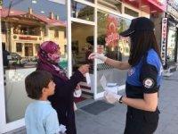 Polisten vatandaşlara maske