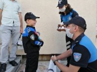 Hayali polislik olan küçük çocuğa, polislerden sürpriz doğum günü kutlaması