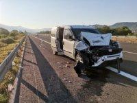 TEM otoyolunda tır ile hafif ticari araç çarpıştı: 3 yaralı