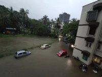Mumbai'de şiddetli yağış sokakları göle çevirdi