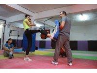 Kadınlar kendilerini savunabilmek için yakın dövüş eğitimi alıyor