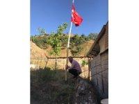 Yıllar sonra memleketine dönen vatandaş, köyün etrafını Türk bayrakları ile donattı