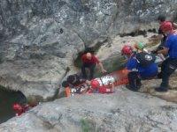 Yürüyüş yaparken kayalıklardan düşen kadın ekipler tarafından kurtarıldı