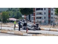 Refüje çarpan hafif ticari araç devrildi: 2 yaralı