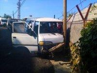 Freni patlayan minibüs elektrik direğine çarparak durabildi
