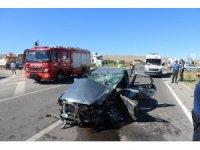 Sivas'ta iki otomobil kavşakta çarpıştı: 6 yaralı
