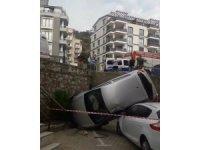Otomobil, istinat duvarından başka aracın üstüne uçtu